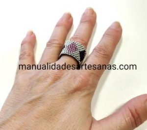 Sortija de rombos tricolor de brick stitch