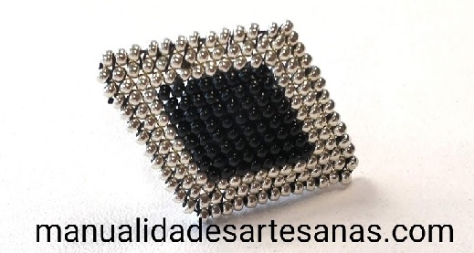 Anillo plata y negro de rombos con rocallas
