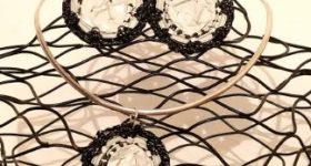 Colgante y pendientes de medallones con nespresso y ganchillo