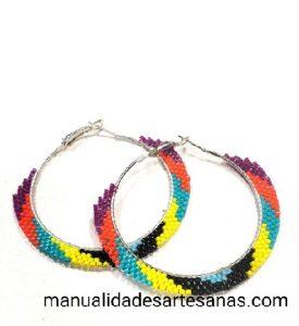 Pendientes de aros metálicos multicolores de brick stitch