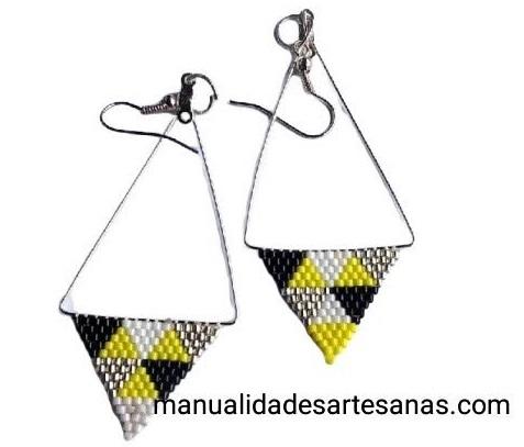 Pendientes de triángulos metálicos y brick stitch