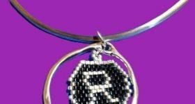 Colgante inicial R hecho a mano de brick stitch