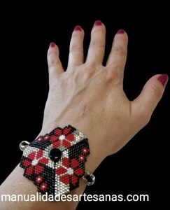 Pulsera triangular de flores de brick stitch
