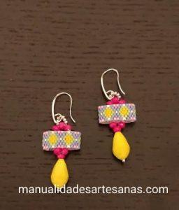 Par de pendientes de rombos con carrier beads