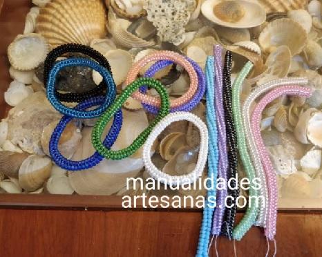 Círculos cerrados de rocallas de colores