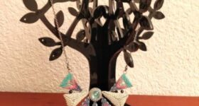 Collar de triángulos de delicas con peyote doble